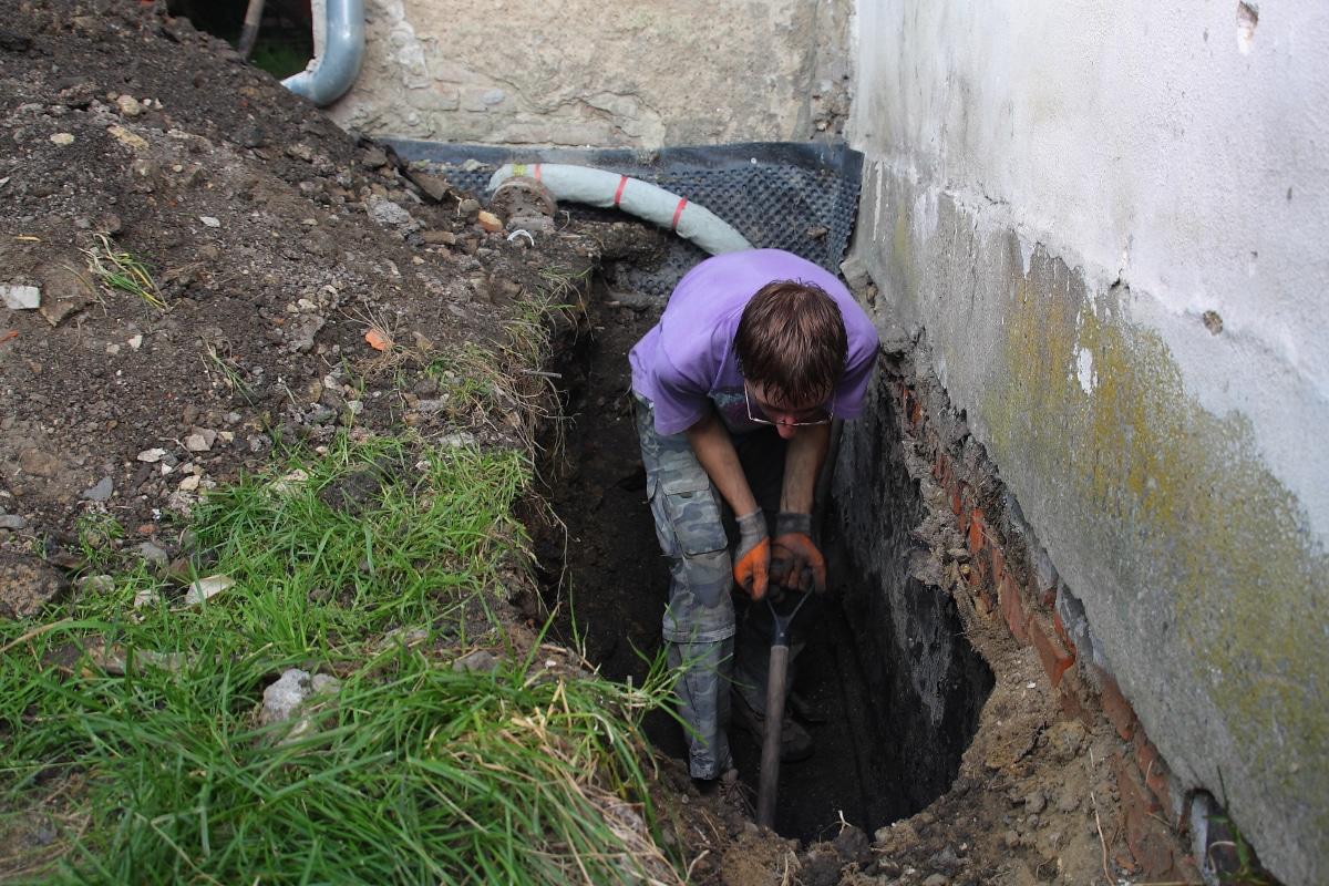 waterkering in de muur plaatsen